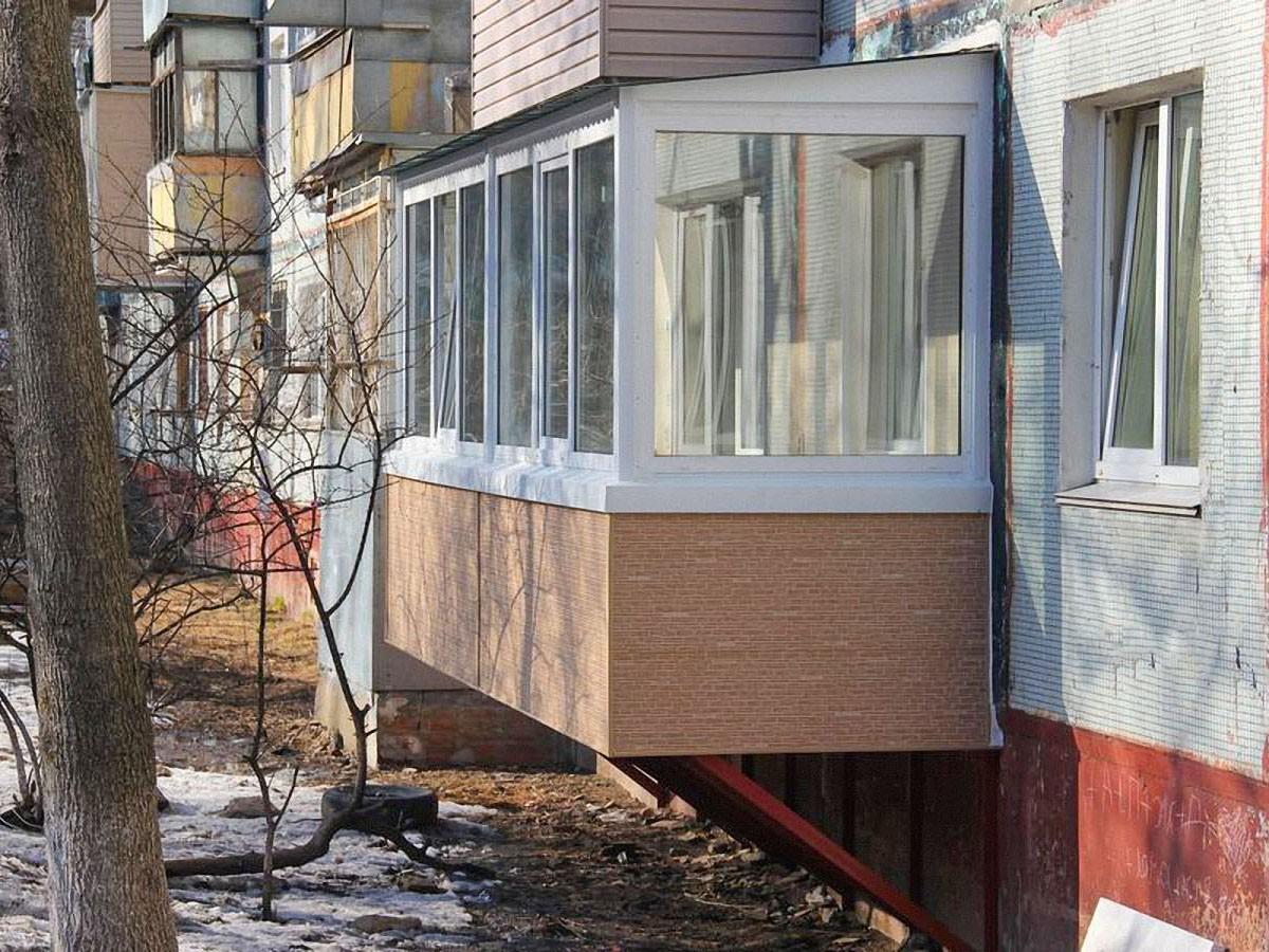 Навесной балкон из металлокаркаса