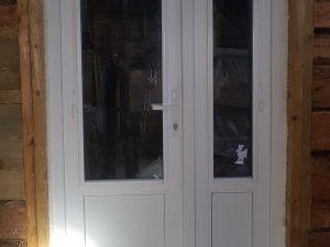 Пластиковая двустворчатая дверь